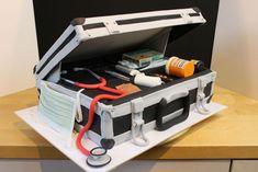 Arztkoffer-Torte mit Stethoskop, Fieberthermometer, Spritze, Tabletten, Verbandsmaterial, Pflaster und Schere aus Blütenpaste bzw. Modellierfondant