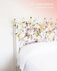Un champ fleuri pour cette tête de lit avec des fleurs artificielles collées à une tête de lit avec du ruban adhésif et du fil d'aluminium de fleuriste