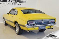 Ford Maverick GT 1975 . Pastore Car Collection              Ford Maverick GT 1975/1975 de plaqueta (LB5E), motor V8 (R), na cor Amarelo Tarumã. Carroceria Cupê GT (62D). Veículo com ar condicionado e direção hidráulica!  Motor 8 cilindros em V (4.950 cm³) com potência de 199CV (197HP) a 4600rpm e torque de 39,5kgfm a 2400rpm. Câmbio de 4 marchas no assoalho. No início dos anos 70, a Ford do Brasil, que havia incorporado recentemente a Willys, possuía no segmento de carros médios – padrão…
