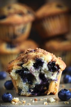 Best Blueberry Muffins This easy Blueberry Muffin recipe is to die for! They are super moist and fluffy. Topped with a crumbly streusel topping that is made from scratch. Healthy Blueberry Desserts, Easy Blueberry Muffins, Desserts Keto, Homemade Muffins, Healthy Muffin Recipes, Blue Berry Muffins, Easy Desserts, Delicious Desserts, Dessert Recipes