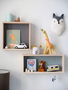 ¿Estas pensando en decorar la pared de un dormitorio infantil? Hoy te traigo una idea práctica, sencilla, económica y bonita. Consiste en decorar con cubos la pared, dando lugar a estanterías más d…