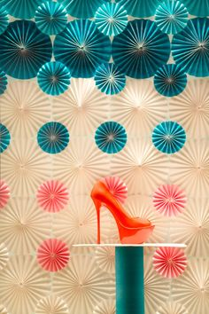 Ukrainian ARTLEVEL design studio created the Spring Window Display for the SHABELSKI Luxury Footwear Boutique, getting passers-by in the mood for Spring.