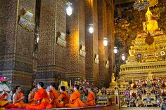 #Monks in #Bangkok #Temple // We compare the price and many hotels to help you find the best offer http://www.world-traveler.info/