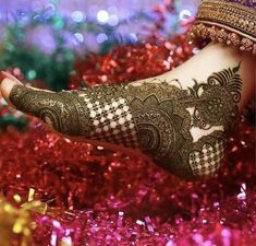 Find out the best bridal mehndi designs for foot and legs. Choose from the easy mehndi design images shown here with different patterns of floral, peacock, leaf-like. Kashee's Mehndi Designs, Traditional Mehndi Designs, Latest Bridal Mehndi Designs, Legs Mehndi Design, Mehndi Designs For Girls, Mehndi Design Photos, Wedding Mehndi Designs, Latest Mehndi, Tattoo Designs