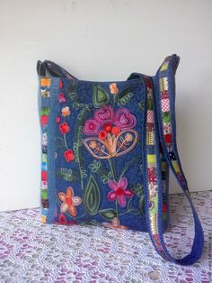 Linen heart tote bag with appliqué, Sashiko Hand embroider Summer Handbags, Purses And Handbags, Best Purses, Denim Crafts, Bag Patterns To Sew, Beaded Bags, Denim Bag, Fabric Bags, Quilted Bag