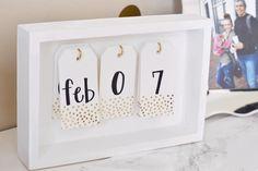 Een toffe kalender die je zelf kan maken in geen tijd! Dit heb je nodig cadeaulabels (gekocht of zelfgemaakt) 3 haakjes klein houten kistje stiften verf (optioneel)Aan de slag Schrijf de maanden en de cijfers van 0 tot 9 op de kaartjes