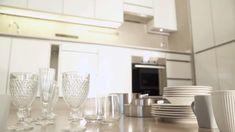 Convierte tu cocina en un espacio cómodo, despejado y bien bien organizado. Haz de tu cocina un espacio más funcional con estas ideas Ideas Para, Apartments, Wine Glass, Tableware, Kitchen, Home, House Interiors, Organizers, Organize