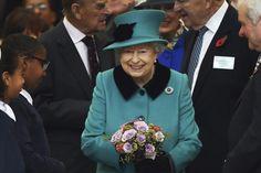 """El presidente electo de EE.UU., Donald Trump, recibirá una invitación de la reina Isabel II para realizar una visita de Estado en 2017 al Reino Unido a fin de fortalecer la """"relación especial"""" entre ambos países, revela este domingo el """"Sunday Times"""".</p> <p>De acuerdo con una fuente del Gobierno citada por ese dominical, la soberana británica es el """"ar..."""