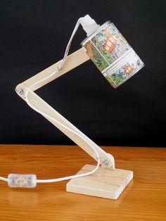 Abat-jour réalisé avec une boite de conserve et une planche de BD (ici Tintin).  - abat-jour orientable  - pied articulé et socle en pin naturel  - longueur du fil 150 cm, a - 5588947