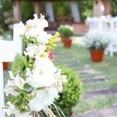 Não contratamos decorador e toda a decoração foi idealizada por nós e descrita detalhadamente no 'Dossiê Darla', nome dado pelo dono da floricultura...rsrs...💐  Cada flor, cada plaquinha, almofada, vidro..., enfim, cada coisa foi sonhada e feita por nós, com a ajuda de algumas pessoas vitais pra que tudo desse certo.  #sucodenuvem #leveza #cores #sonhos #diy #decor #flores #arte #delicadezas #fofuras #deus #gratidão #feitoamao #casoriodarlaeandre #casamentofeitoamao #decordecasamento…
