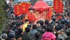 Latest Chinese News Lesson: Traditional wedding a huge draw. Xiàng yǐqián yíyàng jiéhūn. 像 以前 一样 结婚。 www.gurulu.com