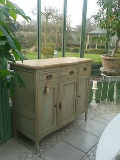 Dresser in Annie Sloan Chalk Paint Chateau Grey. Reenidee.nl