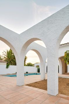 Arched openings connect indoor and outdoor spaces in 1960s Spanish holiday home. Camping Spain, Outdoor Spaces, Indoor Outdoor, Outdoor Decor, Best Architects, Melbourne House, Passive House, Courtyard House, Mediterranean Homes