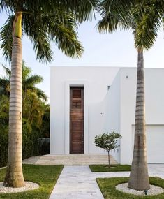Looking for some modern home design ideas? Biscayne Bay Residence will show you how to combine modern design with minimalism and stunning location, all placed on a small property lot. Design Exterior, Modern Exterior, Door Design, Exterior Homes, Exterior Colors, Exterior Paint, Architecture Durable, Interior Architecture, Contemporary Architecture