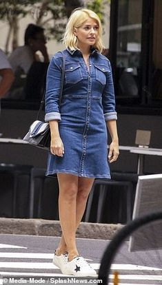 Holly Willoughby shows off her trim figure as she poses for denim shoot before leaving Australia Holly Willoughby Legs, Holly Willoughby Outfits, Celeb Style, My Style, Beautiful Females, Figure Poses, Tv Presenters, Perrie Edwards, How To Pose