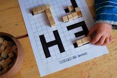 Petits cubes en bois et quadrillages pour apprendre à faire des lettres en relief