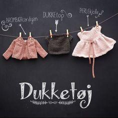 3 forskellige designs til dukker i størrelsen 40-42 cm. En DUKKEtop, en PERLEkjole og en BROMBÆRcardigan. Dukkerne kan fx være Bebellino, Baby born eller håndsyet dukke fra Tusindfryd Knitting Dolls Clothes, Crochet Doll Clothes, Baby Born Clothes, Knitting For Kids, Diy Doll, Little Things, Baby Dolls, Knit Crochet, Knitting Patterns