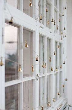 Decoración discreta pero molona: una guirnalda de campanitas doradas en la ventana. #diy #Navidad #arboldenavidad #arboldenavidadalternativo #navidadenverano