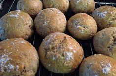 Bollerne her smager skønt, samtidig med at de er lette at slå sammen. Så det kan næsten ikke blive bedre! Bollerne er rige på fuldkorn og kostfibre, fra de knækkede rugkerner, der er med til at give brødet struktur. Knækkede rugkerner er korn fra rug, der stammer fra middelhavsområdet. Du ....