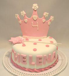Pastel de princesa con corona y varita mágica.