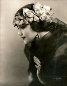 American silent film actress Jetta Goudal, Goudal was a Dutch-born American actress, successful in Hollywood films of the silent film era. Glamour Vintage, Vintage Beauty, Foto Transfer, Vintage Outfits, Vintage Fashion, Fashion 1920s, Foto Fashion, 50 Fashion, Fashion Styles