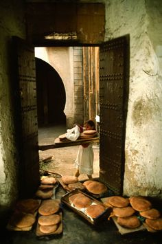 morobook:  Morocco. Fez. Bread brough to the oven. 1984