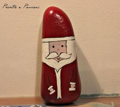 Babbo Natale dipinto su un sasso.