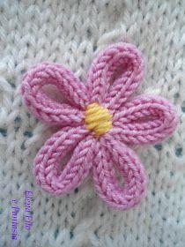 Elena drátu a fantasy: Cover dětských lůžek v žehličky na Emily Knitted Flower Pattern, Knitted Flowers, Flower Patterns, Loom Knitting Projects, Baby Knitting Patterns, Hand Knitting, Knitting Ideas, Cute Crochet, Knit Crochet