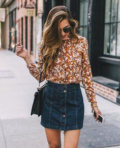Une blouse fleurie avec une jupe en jean