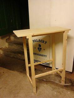 Stůl na pilu do pořádné dílny patří.