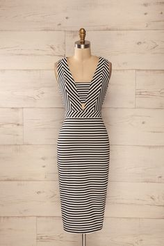Robe ajustée moderne mi-longue blanche et noire, découpes, rayures - White and black fitted striped midi dress with cut-outs
