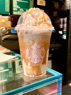 Starbucks Fall Drinks, Bebidas Do Starbucks, Starbucks Vanilla, Starbucks Secret Menu Drinks, Starbucks Coffee, Caramel Frappe Recipe, Caramel Frappuccino, Frappuccino Recipe, Coffee Frappuccino