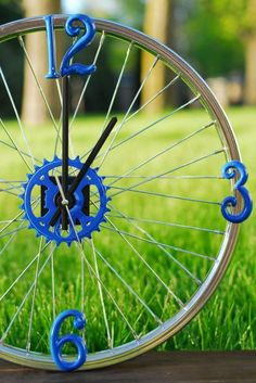 Wall clock from an old bicycle Horloge murale à partir d'une vieille jante de bicyclette Wall clock from an old bicycle rim - Bicycle Clock, Bicycle Decor, Bicycle Rims, Old Bicycle, Bicycle Parts, George Nelson, Style At Home, Clock Tattoo Design, Outdoor Clock