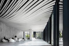 Nestled in the Hongkou district in Shanghai, Kengo Kuma and associates have completed their design and construction for the 'Hongkou Soho' office tower. Kengo Kuma, Architecture Design, Landscape Architecture, Interior Design Magazine, Shanghai Tower, Soho, Tower Design, Lobby Interior, Lobby Design