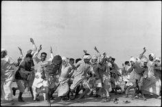 Camp de réfugiés de 300 000 personnes. Exercices pour sortir de l'atonie, Pendjab, Inde, 1947, photo: Henri Cartier-Bresson