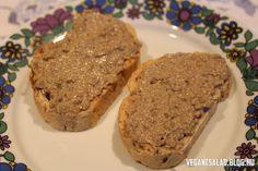 Hozzávalók:  2 fej vöröshagyma 6 gerezd fokhagyma 1 púpos csésze sótlan napraforgómag (csésze = 2,5 dl) 4 ek sörélesztő pehely 4 ek olíva olaj ízlés szerint vegamix, só 2 ek kókuszzsír   Elkészítés:  A napraforgómagot serpenyőben megpirítjuk olaj… Vegas, Healthy Food Options, Breakfast For Dinner, Banana Bread, Sandwiches, Vegan Recipes, Paleo, Food And Drink, Appetizers