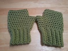 While there are tons of gloves out there, I was looking for something fast that would also keep the hand warm and would only take less than a skein of yarn. Tutorial  ✿⊱╮Teresa Restegui http://www.pinterest.com/teretegui/✿⊱╮