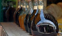 За да приготвите винен оцет, са ви необходими три литра червено или бяло вино, осем литра преварена вода, осемстотин грама захар, десет милилитра винена киселина.