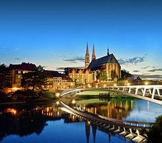 Görlitz: Blick auf die Peterskirche. Im Vordergrund die 2004 als Symbol der europäischen Einigung wieder eröffnete Altstadtbrücke über die Neiße.