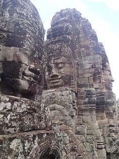 Во многих источниках упомянуто о соответствии расположения храмов Ангкора созвездию  Дракона в том положении в каком звезды были в 10 450 году до н.э. Храм The Bayon ( Байон) согласно легенде построен королем Джаяварманом VII   имеющем прозвище старик-волшебник, и в переводе Ба-старик, Йон -волшебник ( может и Ба-Ба яга тоже старая старая Яга ? : ))). Именно храм Бойон символизирует сердце  в созвездии Дракона.