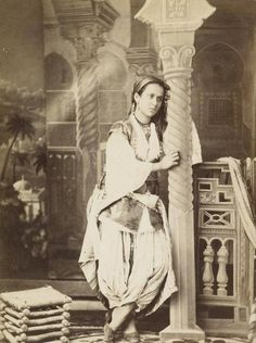 Une jeune femme d'Algérie, fin du 19ème siècle    https://azititou.wordpress.com/2012/11/28/une-jeune-femme-dalgerie-fin-du-19eme-siecle/