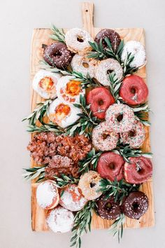 Donut board #foodie #donuts #dessertboard Charcuterie Recipes, Charcuterie Board, Charcuterie Wedding, Low Carb Meal, Donut Bar, Grazing Tables, Food Platters, Party Planning, Sweet Treats