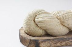 La belleza de lo natural en este caso yak y lana en una preciosa tonalidad crema. Ya disponible online (ver enlace en la bio) . #lana #lanas #yarn #wool #backtobasics #puralana #purewool #yak #ohlanas #lanasconhistoria #tiendadelanas #yarnlove #yarnshop #knit #knitting #punto #tricot #tejer #ganchillo #crochet #vueltaalonatural #tejedora #knitlife #sinparardetejer