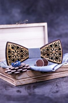 #NoeudPapillonBois #NoeudPapillon #WoodenBowTie #WoodBowTie #GroomsmenBowTie #WoodenTie #HandmadeTie Bow Tie Theme, Bow Tie Party, Bow Tie Wedding, How To Tie Ribbon, Ribbon Bows, Floral Bow Tie, Lapel Flower, Wooden Bow Tie