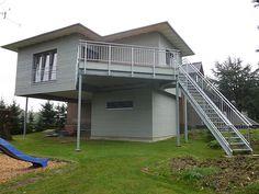 Anbau an das Obergeschoss eines Zweifamilienwohnhauses auf einer Stahlkonstruktion mit Stahltreppe und darunter liegendem Abstellraum (3217414.JPG)