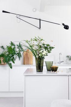 SISUSTA KUKILLA   ARVONTA My Dream Home, Planting Flowers, Kitchen Dining, Flower Arrangements, Minimalism, Planter Pots, New Homes, Interior Design, Modern