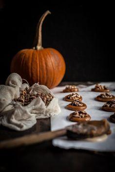 "#Cioccolatini al #caramello salato con #noci allo zucchero di canna - delicious salted #caramel #chocolates with roasted brown sugar #walnuts by Eva Kosmas ""Adventures in Cooking"" blog  [#GuestPost by Eva Kosmas ""#AdventuresinCooking"" #foodblog ]"