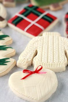 Christmas Decorated Cookies Recipe for chocolate royal icing. Tutorial on how to decorate deer, plaid, Christmas themed cookies. Fall Cookies, Christmas Sugar Cookies, Cut Out Cookies, Holiday Cookies, Christmas Desserts, Christmas Baking, Holiday Baking, Spice Cookies, Halloween Cookies