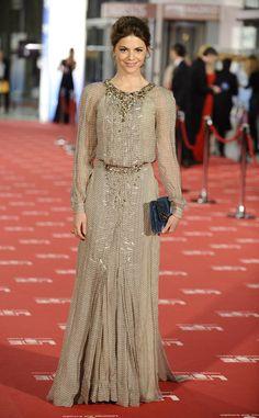 Me gusta el clutch de Manuela... El vestido muy elegante, no digo nada del color...