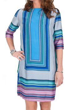 Tuniek / jurk van Het Fashion Depot is all-over voorzien van een fleurige en kleurige print in blauw, paars, aqua, enz tinten en heeft zijden look. Het rechte model heeft een rechte halslijn. Het tuniek heeft 3/4 mouwen. Draag dit tuniek losjes, of